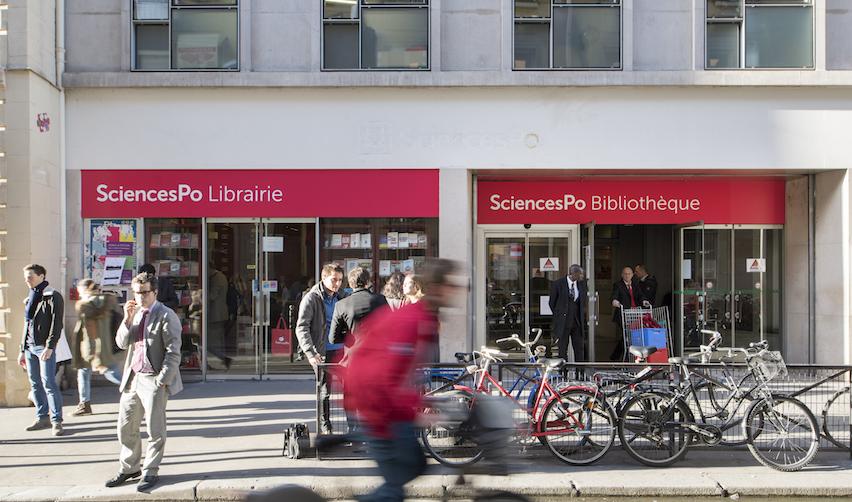 Devant la Libraire de Sciences Po, rue Saint-Guillaume
