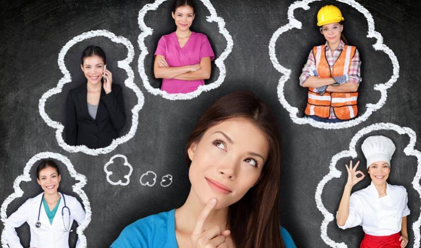 Femme s'imaginant dans différents métiers sous formes de bulles