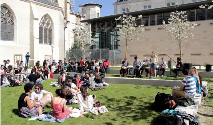 Étudiantes et étudiants dans la cour de l'église