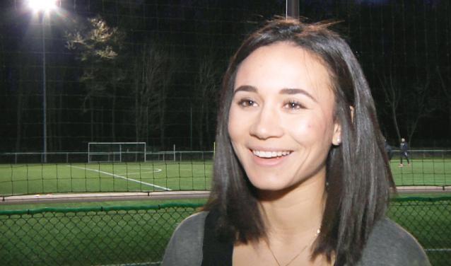 Sarah Boudaoud au bord d'un terrain de foot