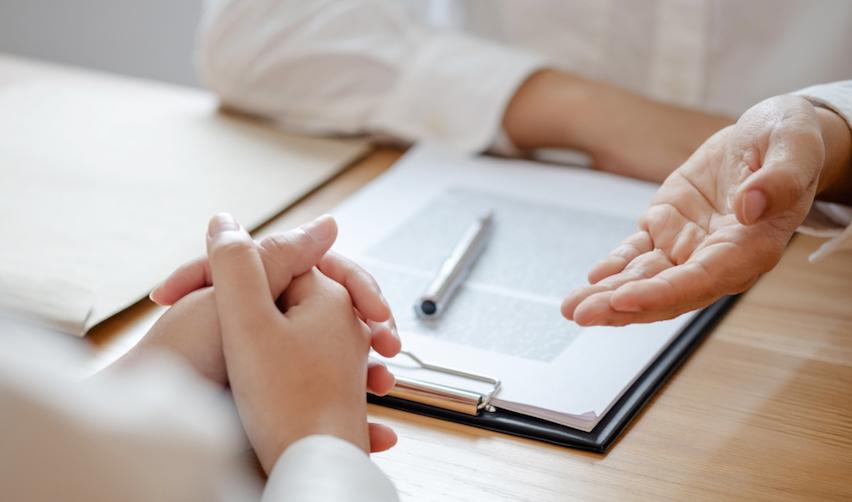 Personne conseillant une autre personne © Shutterstock / mojo cp