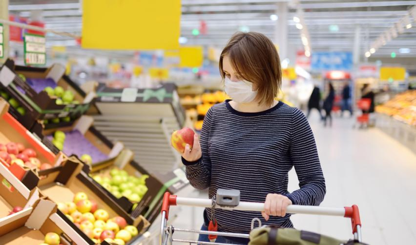 Femme portant un masque au supermarché © Maria Sbytova / Shutterstock