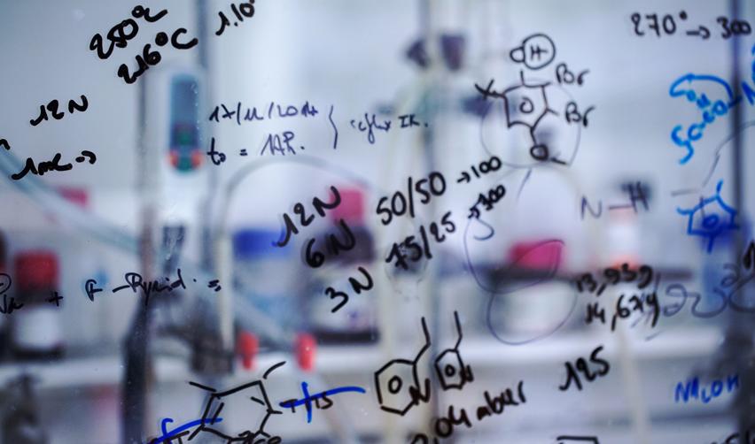 Formules chimiques sur un tableau