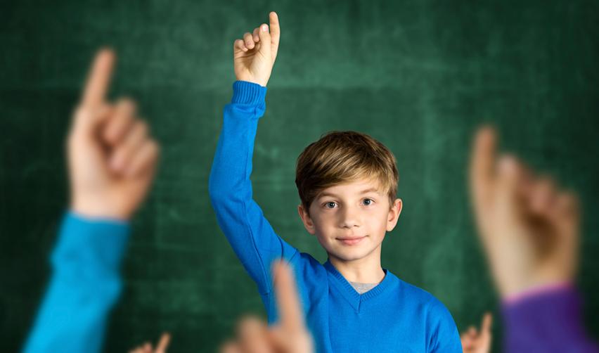 Enfant levant la main